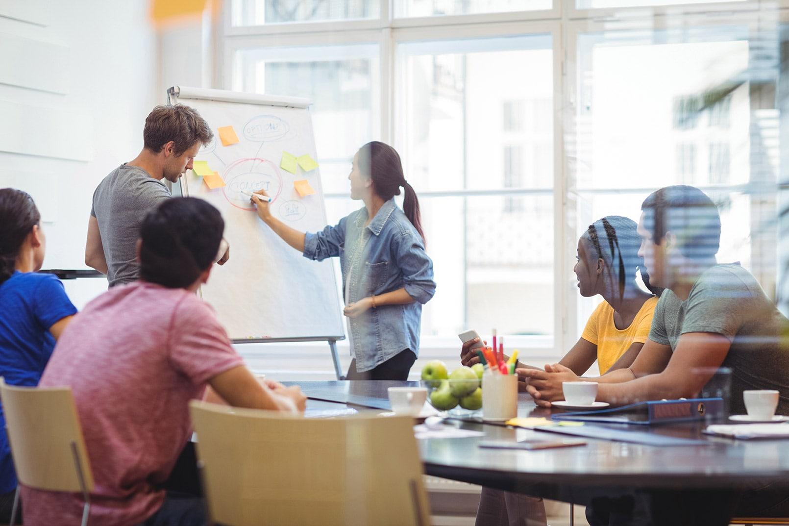 Groupe de travail dans une salle de reunion, équipe métissé