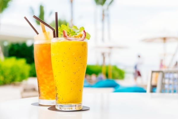 Deux verres de jus exotique avec des pailles - Gamme boisson exotiques et softs