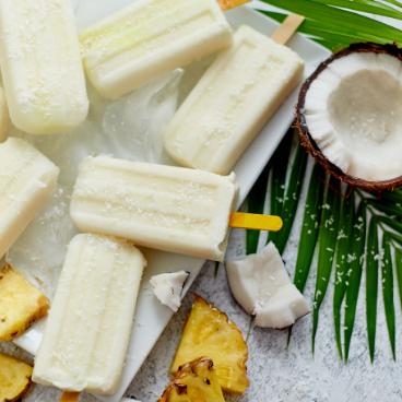 Glace au lait de coco sur feuille de palmier - gamme surgelés
