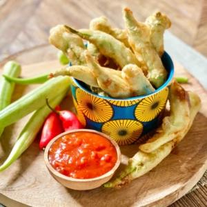 Photo Beignets de gombos croustillants sauce tomate epicée
